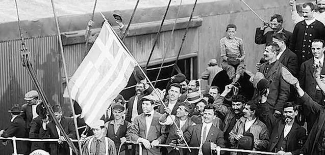 μεταναστες με την ελληνική σημαία